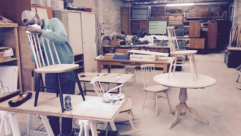 Un petit coup d'oeil aux dernières créations de la fabrique: table basse fer forgé et table avec ses 4 chaises style scandinave.. en cours de rénovation