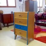 EMMAUS LA FABRIQUE : Vue d'une commode bi-colore, 4 tiroirs